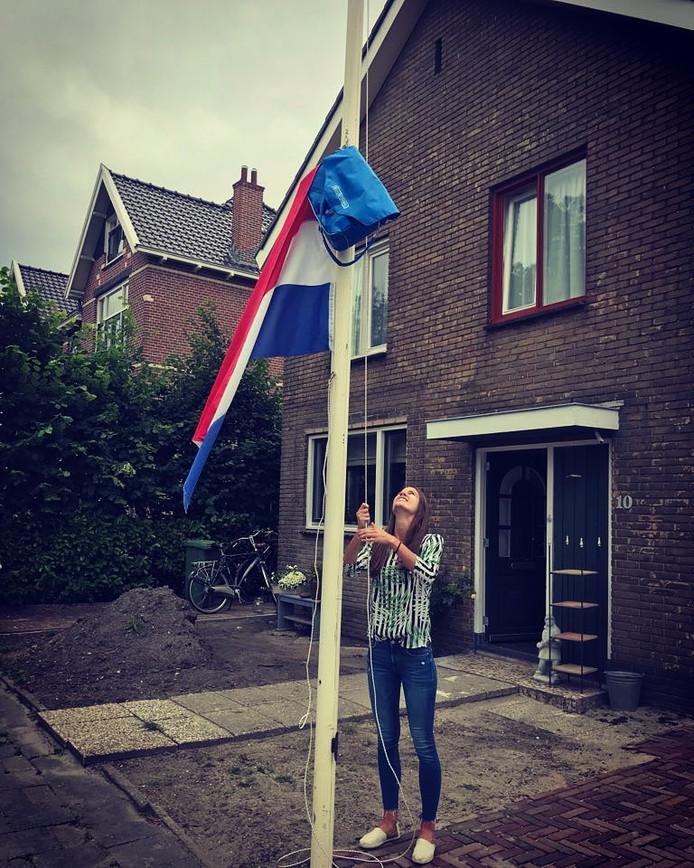 Diane van Staveren hijst de vlag.