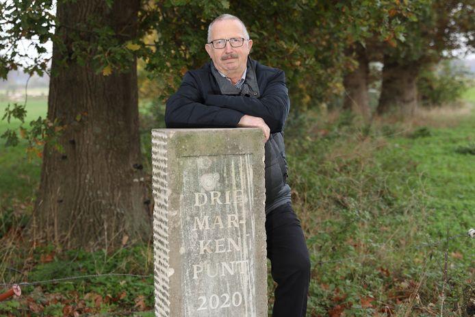 Jan Lohuis van de Historische Kring Hellendoorn-Nijverdal bij de onlangs geplaatste markepaal in Zuna, die aangeeft waar de marken Noetsele, Notter-Zuna en Rijssen samenkwamen.