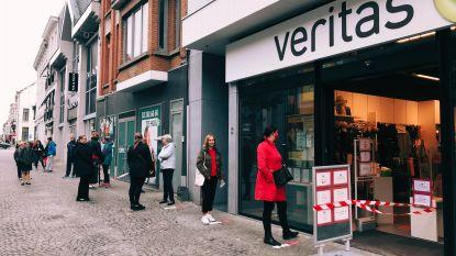 """Lange rij wachtenden aan Veritas in de Nieuwstraat: """"Uur aanschuiven voor lapjes stof"""""""
