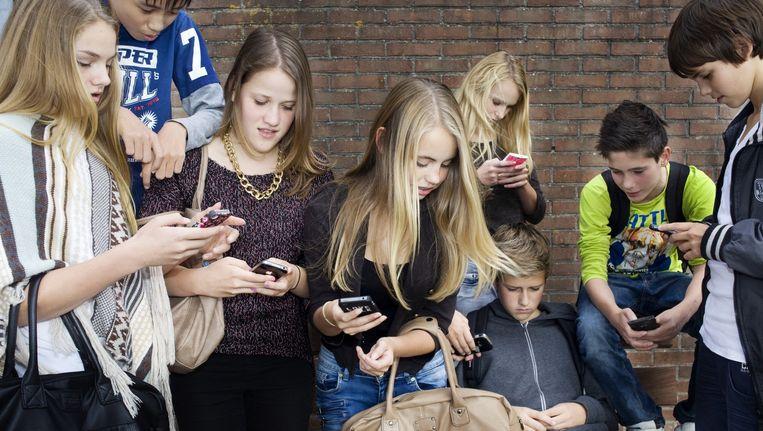 'Wat is de relevantie van parate kennis als je alles binnen vijf seconden op je smartphone ter beschikking hebt?', vraagt Maurice de Hond zich af. Beeld Io Cooman
