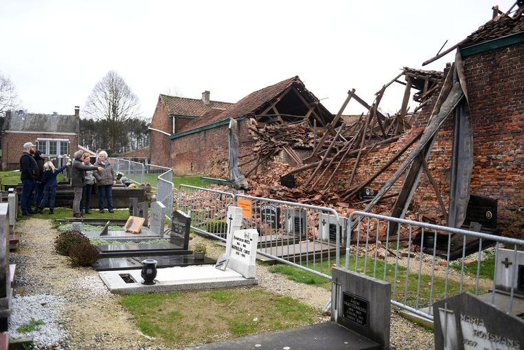 Heel wat inwoners van Bertem komen een kijkje nemen naar de ingestorte boerderij.