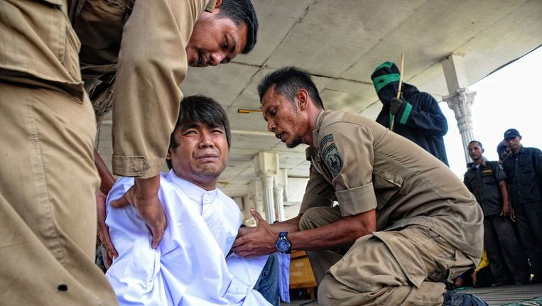 Een van de Indonesische mannen na de openbare afranseling. Beeld afp