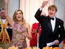 In populariteit gestegen koning viert verjaardag met vrienden