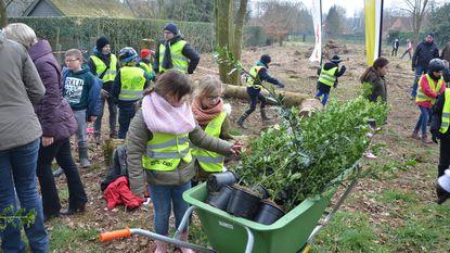 Kinderen planten eigen buurtbos