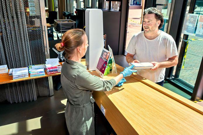 De bibliotheken gaan weer open. Niet alleen de afhaalloketten. Bezoekers zijn ook weer welkom om ter plekke een boek uit te zoeken. Per 1 december is het dragen van een mondkapje verplicht.