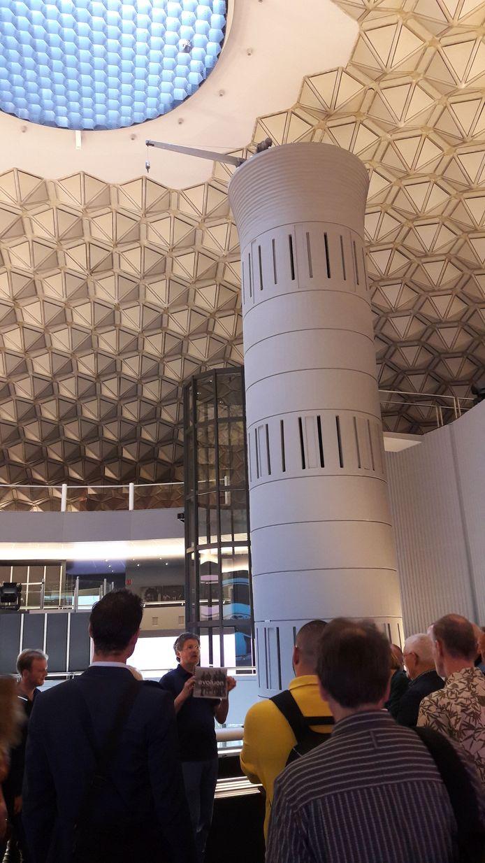 Voorafgaand aan de informatieavond over het Evoluon gaf architect Stefan de Bever een rondleiding voor raadsleden. Hij is de zoon van een van de twee architecten die het gebouw in de jaren 60 ontwierpen, Leo de Bever.