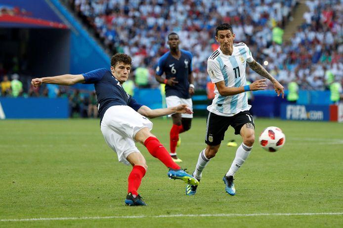 Benjamin Pavard haalt vanaf 25 meter uit tegen Argentinië en ziet zijn schot in de kruising verdwijnen.