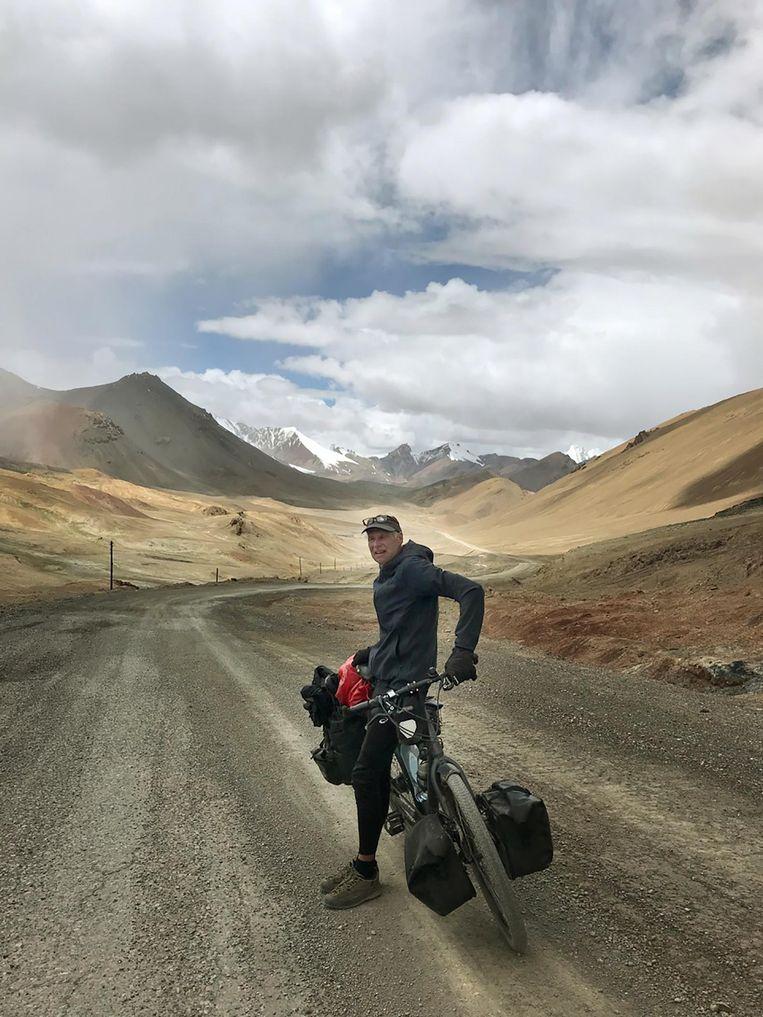 René Wokke op de Pamir Highway. Kim Postma: 'Het is zo mooi, zo leeg, met al die ruige bergen om je heen' Beeld Privébezit