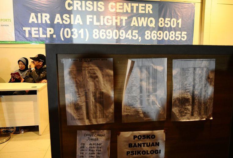 Het crisiscentrum voor familieleden van passagiers in Surabaya. Beeld getty