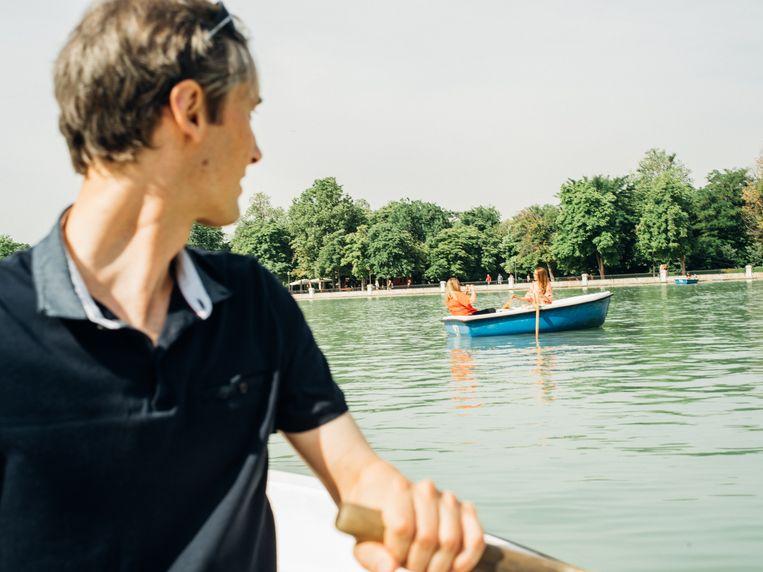Miquel Bulnes roeit met een bootje door Retiro Park. Beeld null