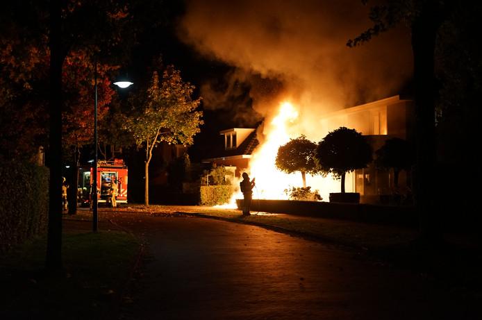 Na een autobrand raakte in Beuningen ook een huis beschadigd.