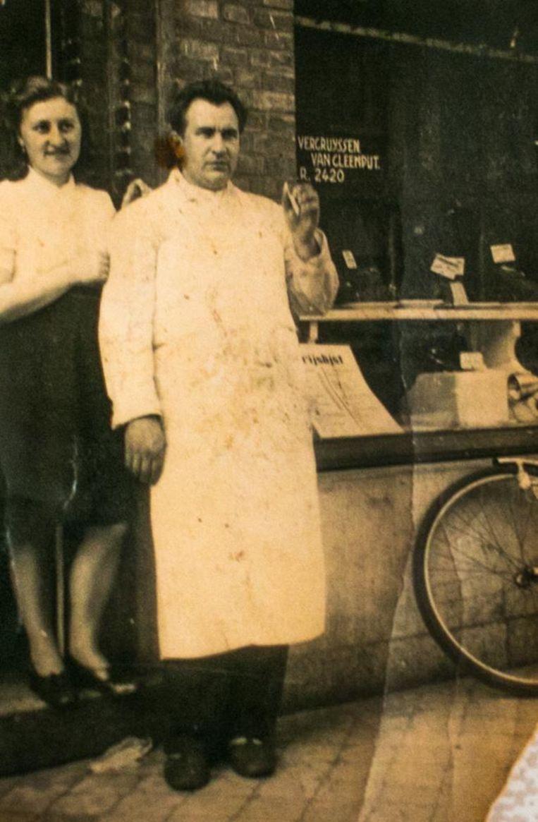 Addi en Godelieve begin jaren zestig voor de beenhouwerij in de Plezantstraat.