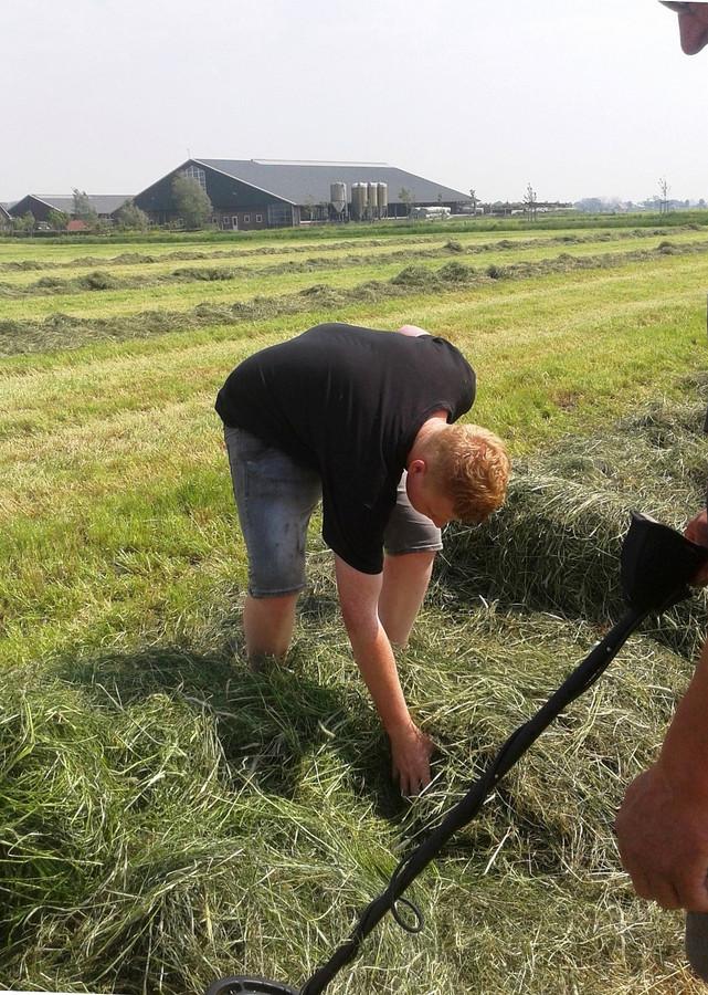 Met de metaaldetector zocht Cees van der Poel naar prikkeldraad tussen zijn gras.