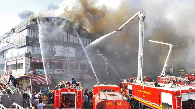 Er zijn maar liefst 19 brandweerwagens uitgerukt om de brand in Surat (India) te blussen.
