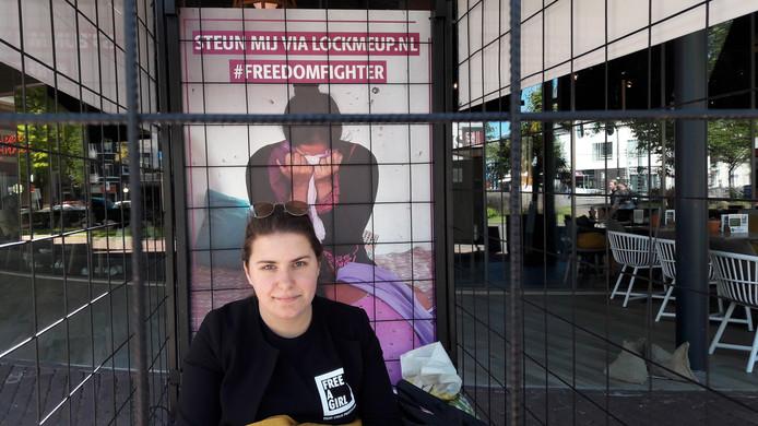Heaven van der Feer uit Utrecht zit opgesloten in een kooi bij restaurant JANS' in Arnhem. Ze zamelt daarmee geld in voor de internationale actie tegen kinderprostitutie 'Lock me Up Free a Girl'.