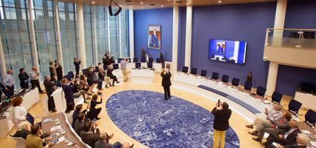 Raadszaal Veenendaal krijgt Nederlandse vlag en lokale vlag van petflessen