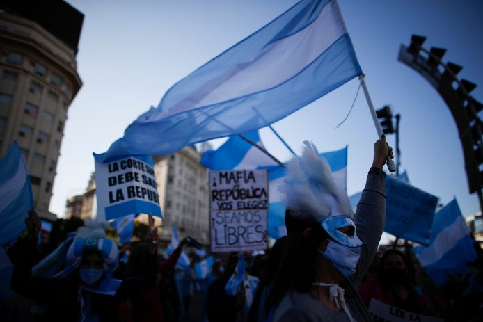 Mensen protesteren in Buenos Aires tegen de strenge coronamaatregelen die nu al maandenlang van kracht zijn in het land.