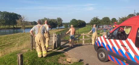 Man kanoot op de IJssel en steekt daarna snelweg over