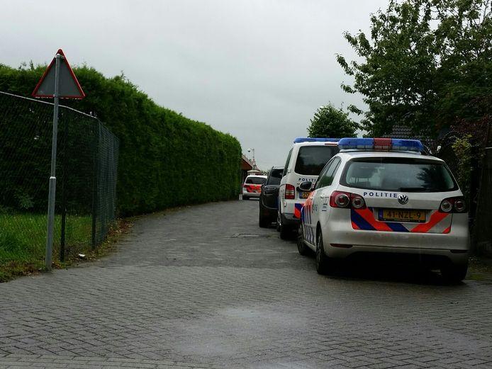 Politie en recherche zijn aanwezig en onderzoeken de zaak.