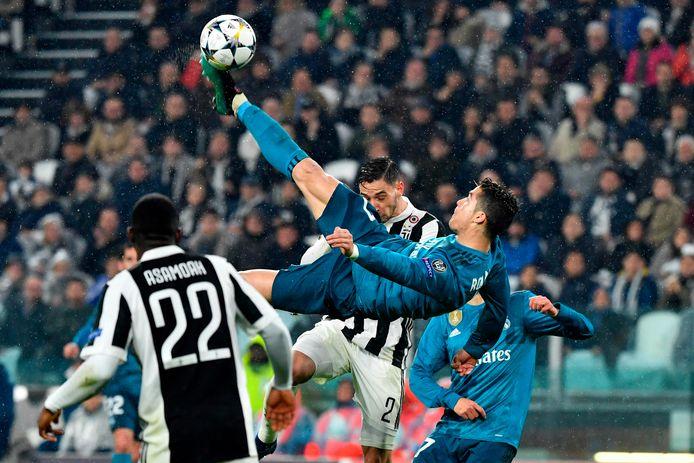 Cristiano Ronaldo met zijn omhaal namens Real Madrid tegen Juventus, waarna hij een daverend applaus kreeg van de Italiaanse fans.