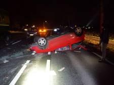 Mislukte inhaalmanoeuvre: auto schiet in de berm en knalt daarna tegen geparkeerde vrachtwagen