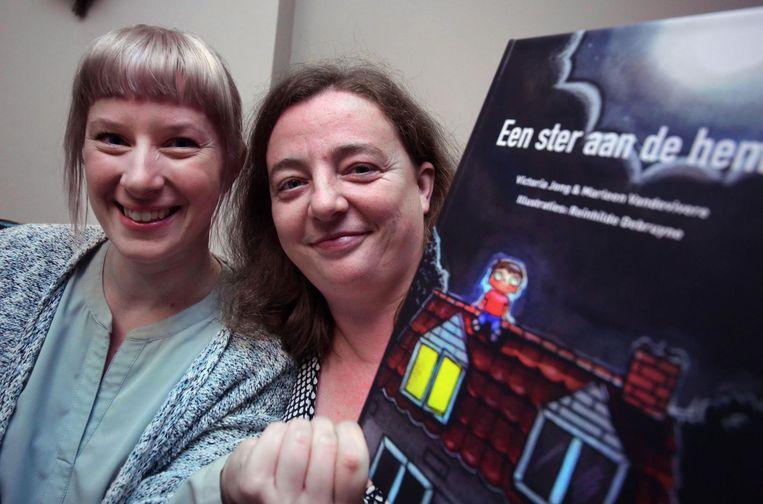 Reinhilde Debruyne en Nele Vanden Borre met hun boek 'Een ster aan de hemel'.