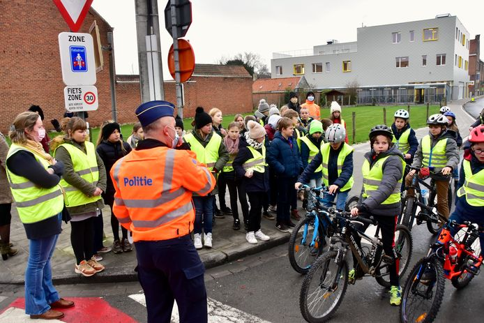 De leerlingen van het vijfde leerjaar krijgen uitleg over de fietszone in het centrum van Sint-Eloois-Winkel.