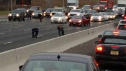 Massa's geld op snelweg nadat geldtransport lading verliest