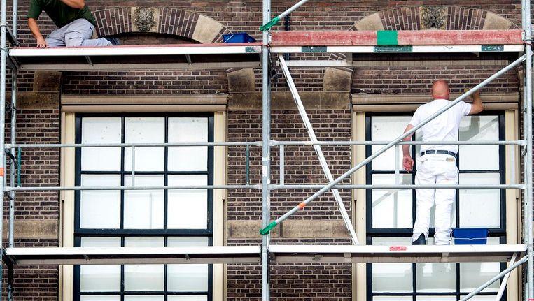 De uurtarieven van schilders liggen grofweg tussen de 32 en 45 euro per uur, waarbij buitenschilderwerk in de regel een hoger tarief heeft dan binnenwerk. Beeld anp