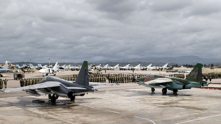 Russische militairen staan klaar voor vertrek op de Hemeimeen-luchtbasis in Syrië. De foto is verspreid door het Russische ministerie van Defensie. Beeld AP