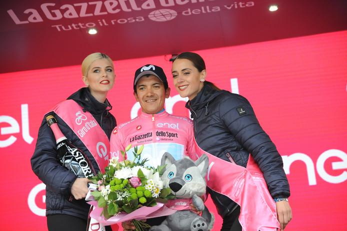 Richard Carapaz draagt het roze.