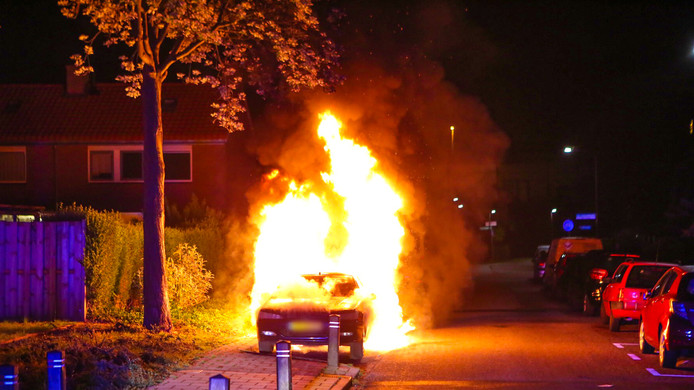 De auto aan De Straatweiden in Velp ging rond 02.00 uur in vlammen op.
