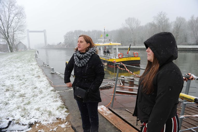 Catherine Hannet (links) moet elke dag drie keer heen en terug als opzichter in de plaatselijke basisschool. Hier staat ze te wachten met dochter Lindsay.