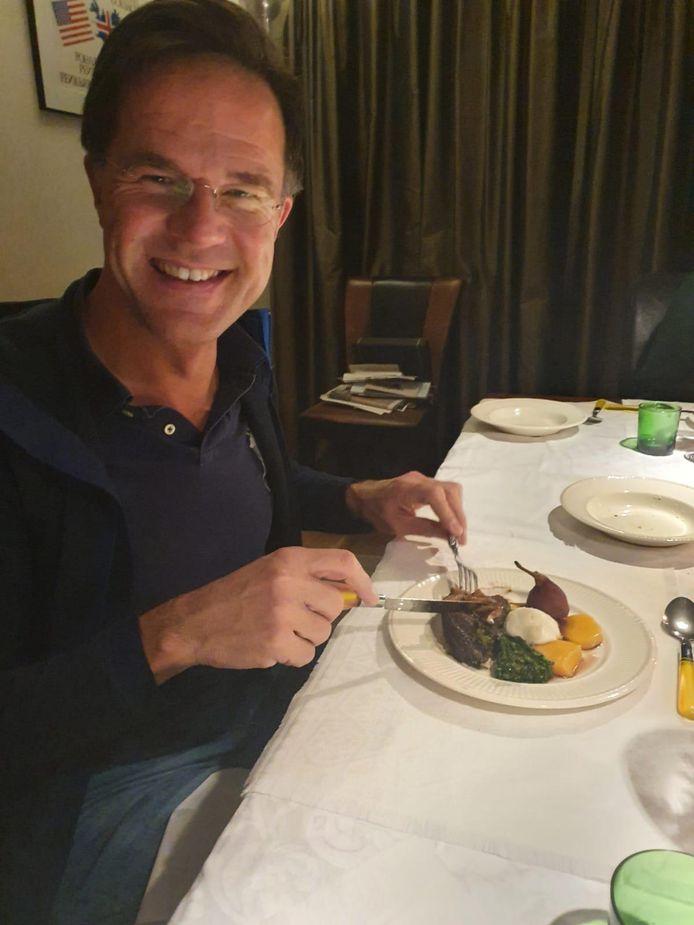 Mark Rutte eet tijdens een diner bij vrienden in Amsterdam een van de gerechten gemaakt door Frank Streefland van het Stolwijkse restaurant De Nieuwe Polderkeuken.