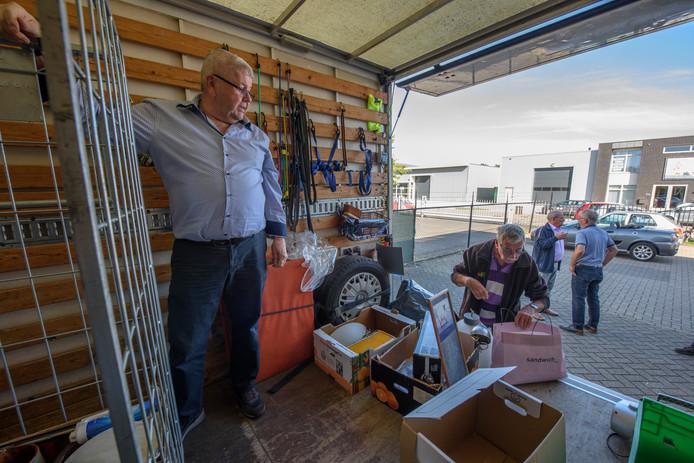 De inname van spullen bij Stichting Kringloopwinkel Deurne. Links voorzitter Piet Vullings.