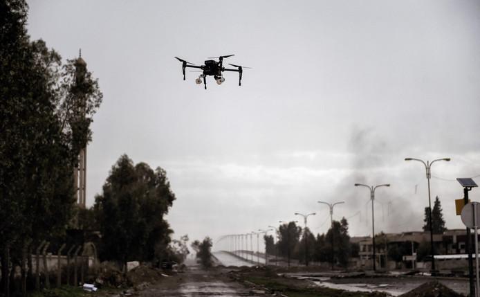 Een drone gaat in Syrië de lucht in.