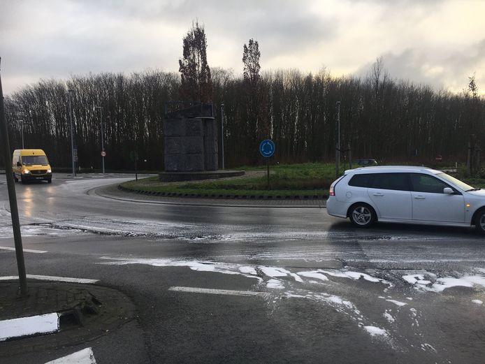 De brandweer zorgde met detergent voor het schoonmaken van het wegdek aan de rotonde N8-E403 in Wevelgem.
