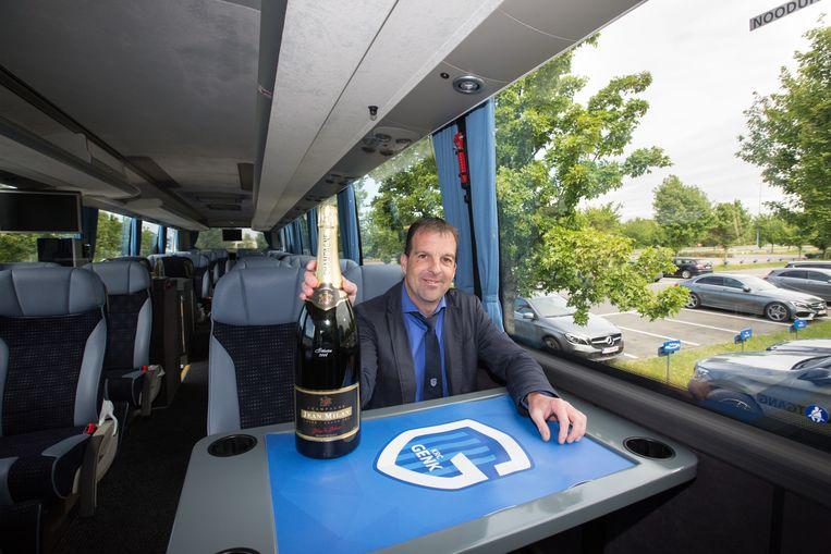 Op de spelersbus wordt niks aan het toeval overgelaten, de champagneflessen staan al koud.