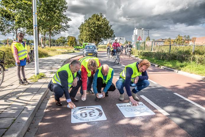 Verkeersdeelnemers wordt nog eens duidelijk gemaakt dat dit een fietsstraat is waar niet harder dan dertig kilometer per uur gereden mag worden.