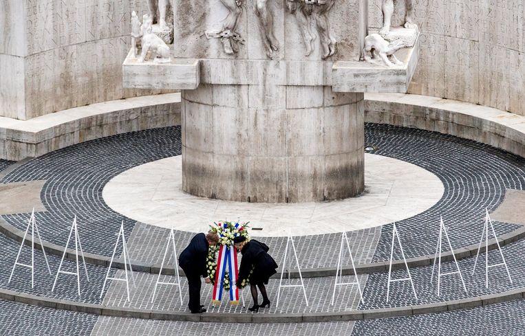 Koning Willem-Alexander en koningin Máxima leggen een krans bij het Nationale Monument op de Dam tijdens de Nationale Dodenherdenking.  Beeld ANP