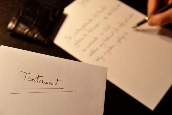 Het opstellen van een testament kan je zelf of bij de notaris laten doen.