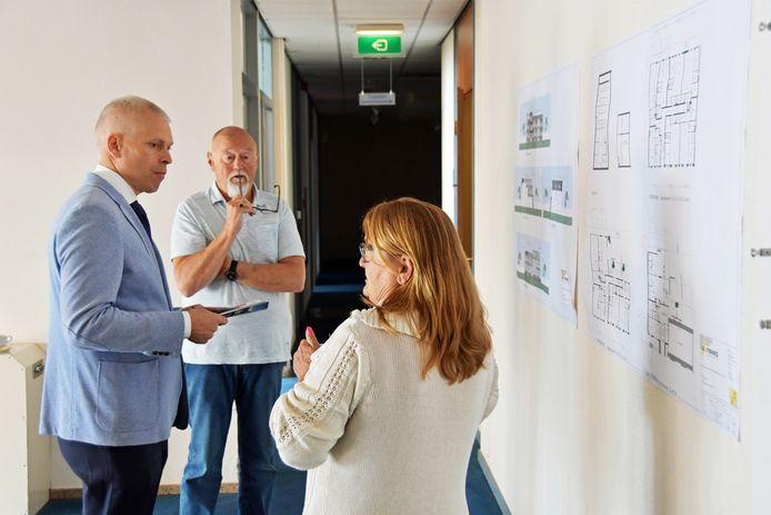 Sven Langenberg (blauw colbert) in gesprek met buren Fred en Erna Reydt op de open dag in Aardenburg.