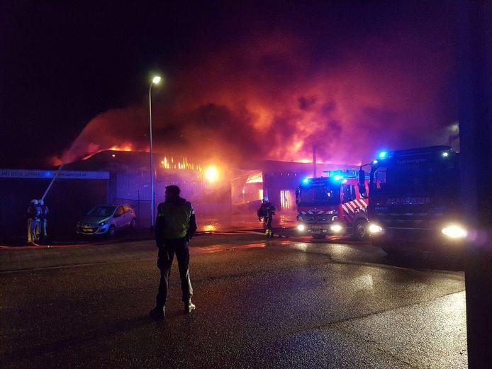 Grote uitslaande brand in bedrijfspand aan Nobelstraat in Tubbergen. Het bedrijfspand wordt herbouwd.