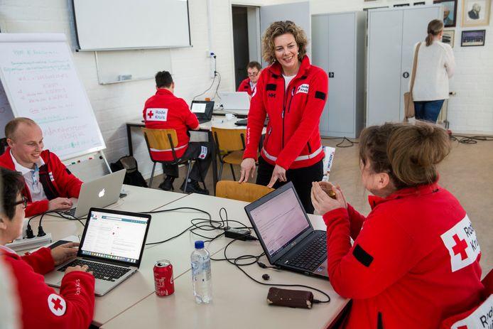 Rode Kruis-vrijwilligers nemen contact op met iedereen die zich meldt omdat ze persoonlijke beschermingsmiddelen willen inleveren.