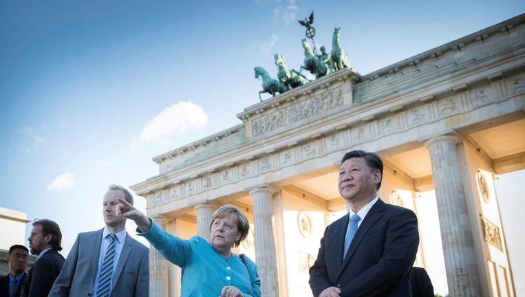 Angela Merkel gidst de Chinese president Xi Jinping woensdag langs de Brandenburger Tor in Berlijn. Xi neemt de komende dagen deel aan de G20 in Hamburg. Beeld Reuters