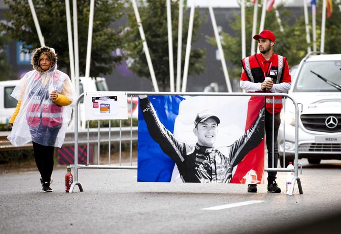 Bij de ingang van circuit in Spa-Francorchamps hangt een vlag van de overleden Franse autocoureur Anthoine Hubert.