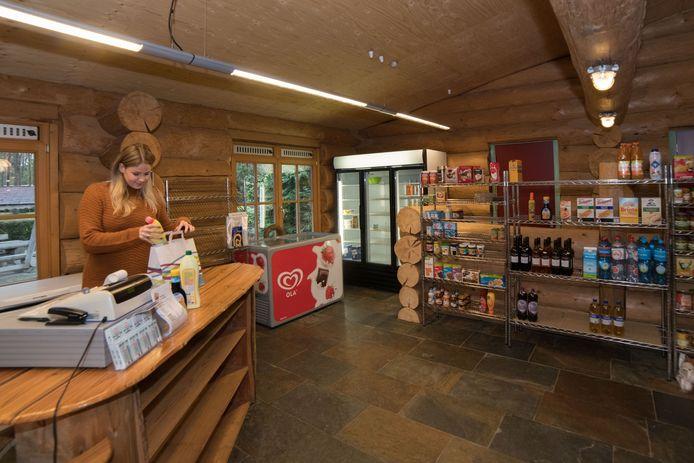 Manon Huisman in de campingwinkel van De Scheepsbel in Doornspijk, die vooral tijdens het hoogseizoen voorziet in een behoefte bij de recreanten.