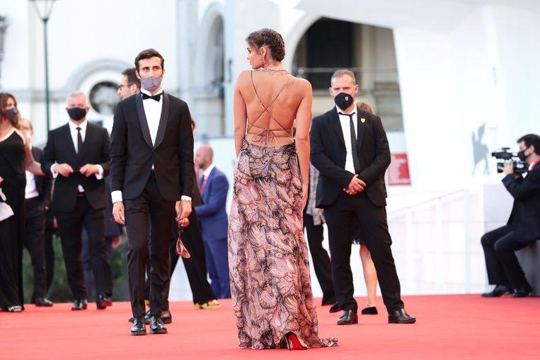 Model en actrice Taylor Hill op de rode loper van het 77ste filmfestival van Venetië. Beeld Getty Images