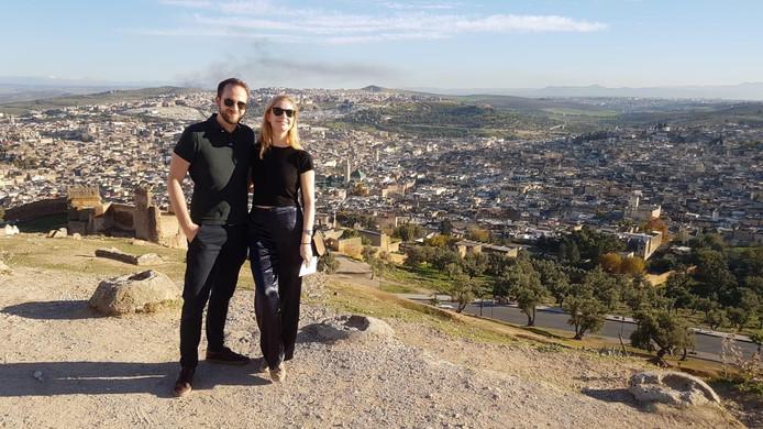 Julia (op foto met vriend Maxim) kan nu genieten van haar vakantie in Fez.