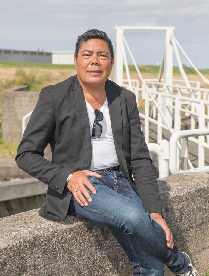 Taurus Krajenbrink op de sluizen in Hansweert. ,,De nieuwe dijkversterking kan ook meteen het einde van de club zijn.''